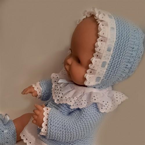 Conjunto camisa y cubrepañal de tela y rebeca, gorro y patucos de punto dos agujas válido para Nenuco tradicional