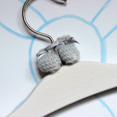 Percha patucos gris